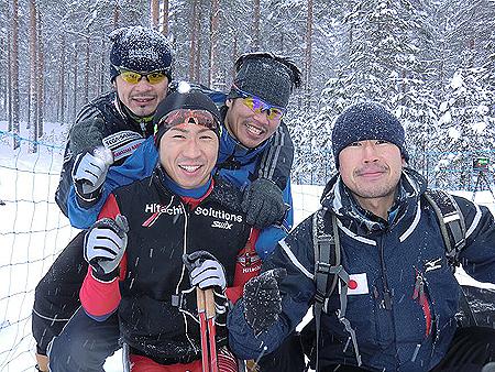 大平ヘッドコーチと若井ワックスコーチと新田選手に囲まれて
