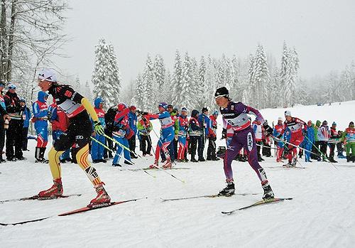 スキーアスロン後半フリーの石田正子選手 スキーアスロン後半フリーの石田正子選手 スキーを履きかえ