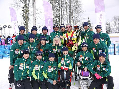 競技委員長ギヨルギーとボランティアのシャーナと日本チーム