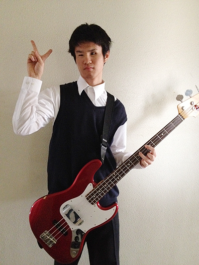 愛機のFender Japanの赤いジャズベースと僕