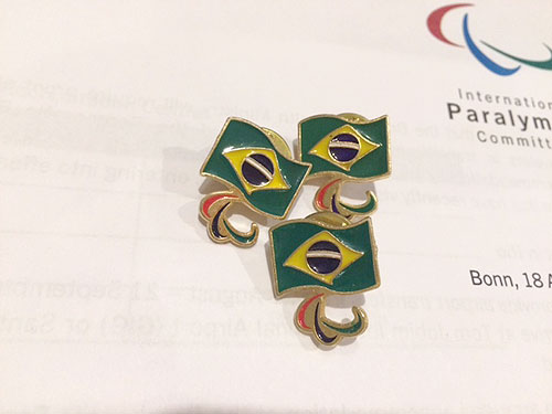 ブラジルパラリンピック委員会のピンを持っていました