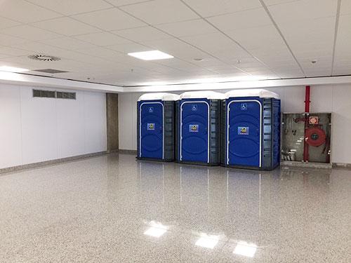 リオの空港、到着の廊下に車いす用の移動式トイレが