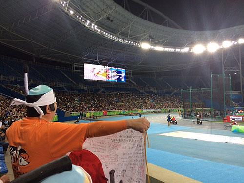 競技場を引き上げる久保選手に拍手