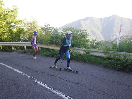 ローラースキーで美ヶ原の登りを行く出来島桃子選手.JPG